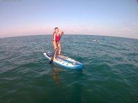 Remando en tabla de paddle surf en el Mediterraneo