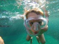 Peque con gafas de snorkel
