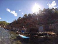 伊维萨前门老标识SUP天堂船和表中的山坳之间