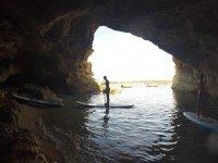 Sup che attraversa per le grotte di Ibizan