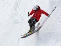 往上走在雪地上滑雪板做越野赛赛道