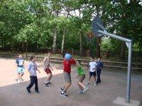 Ninos jugando al baloncesto