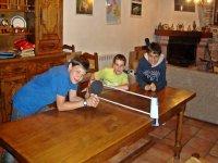 Ninos jugando al ping pong