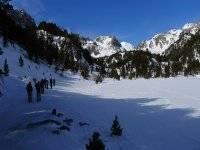 上升到峰值Ratera Ratera冰冷的湖水中Montardo