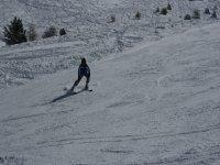 en la nieve esquiando