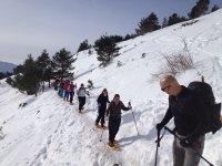 指导使用我们的球拍球拍需要我们通过雪地行走组