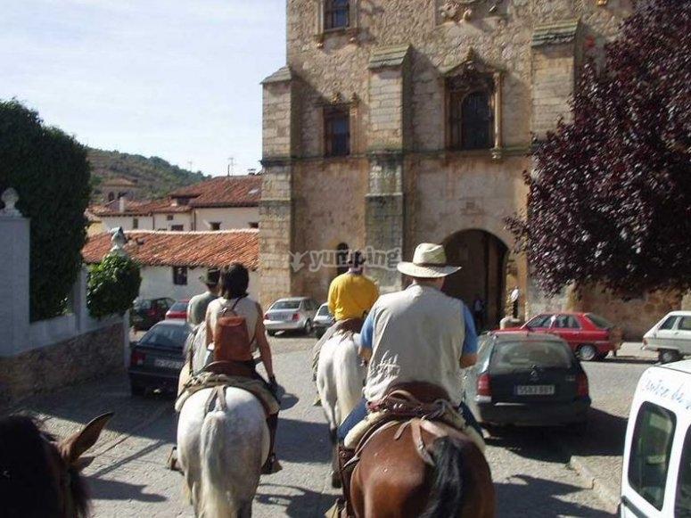 Cruzando el pueblo a caballo