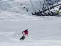 Esquiadora bajando por la pista