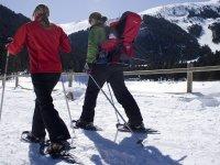 Amigas con raquetas de nieve