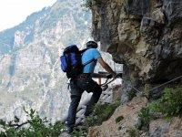 攀登陡峭的山练攀岩