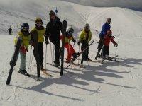 滑雪板有一个良好的一天,在雪