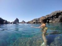 在拉帕尔玛岛的水域中降温