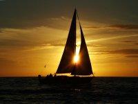 Barca a vela che contempla il tramonto