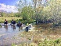 Cruzando el rio a caballo