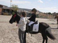 Alumna sobre su caballo