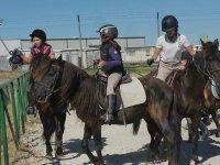 Alumnas subidas a los caballos
