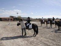 Preparando el caballo de la joven amazona