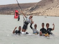 grupo divirtiendose con kitesurfing