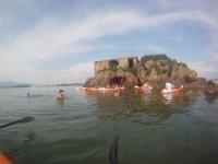 Grupo de kayak en la costa cantabra