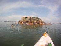 Acercandose en kayak al islote