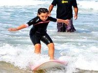 学习冲浪的年轻冲浪者的艺术