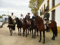 A caballo ante las casas de El Rocio