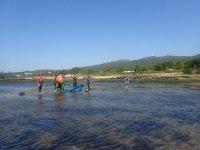 Alumnos de kite saludando desde la orilla