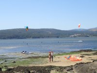 Kites extendidos en la playa