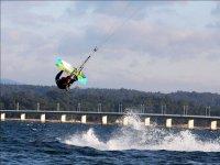 Maniobra de kite delante del puente