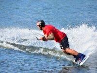 Haciendo wakeboard con protecciones