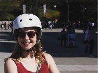 Chica con casco blanco en segway