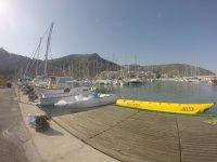 Banana y barcos en la costa de Barcelona