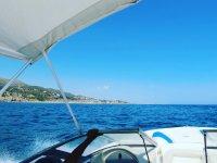 Viendo la costa mediterranea desde el barco