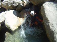溪降家人躲避岩石