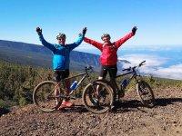 Ciclistas con los brazos en alto