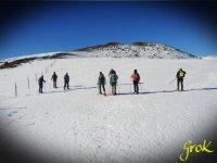 监测与雪鞋行走神交在雪地