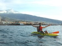 Kayak con el volcan detras