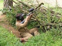 Apostado tras las ramas