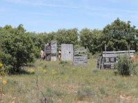 Escenario con construcciones de madera