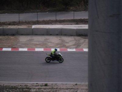 con la moto en el circuito