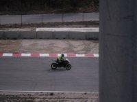 con la moto nel circuito