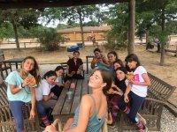 Hora de la merienda con los amigos del campamento