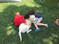 Abrazando al perro de la finca