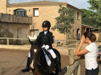 Joven jinete a caballo