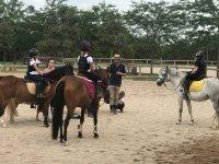 Monitor con las alumnas de equitacion