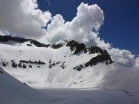 穿过特纳山谷的雪鞋短途旅行