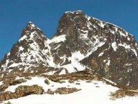 壮观的白雪覆盖的山丘