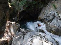 儿童瀑布进入河峡谷在比利牛斯山脉