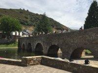 Cruzando el puente del pueblo con los caballos