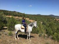 Montando en el caballo de color blanco